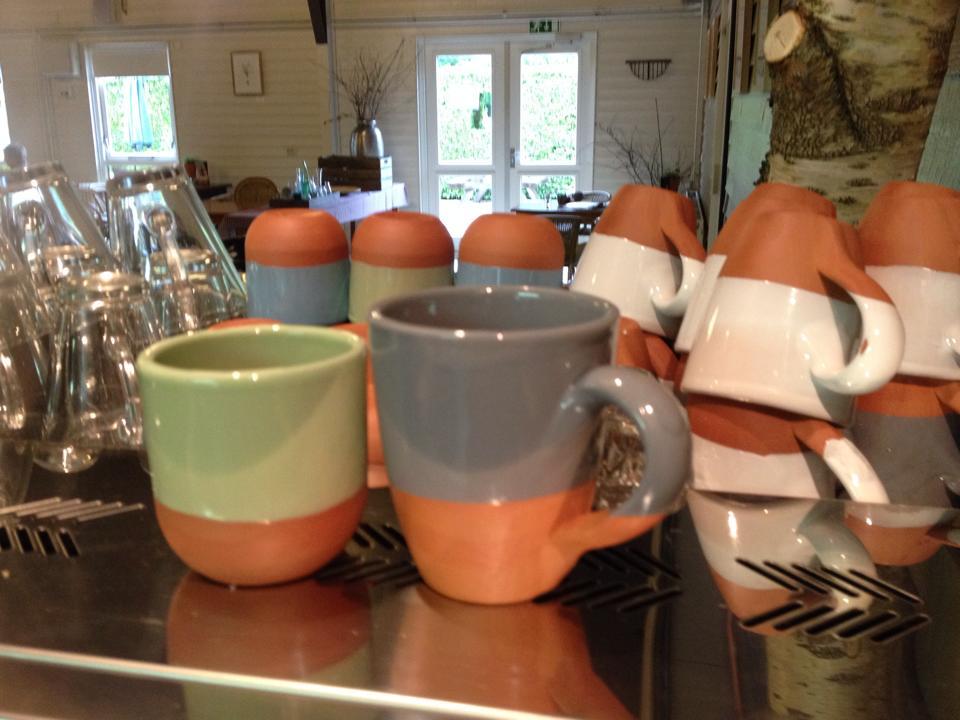 nieuwe mokken in het Tuincafe